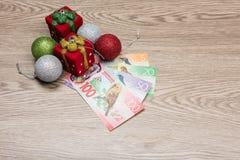Weihnachtsdekorationen und -geld Lizenzfreies Stockfoto