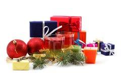 Weihnachtsdekorationen und Geschenkbeutel. Lizenzfreies Stockfoto
