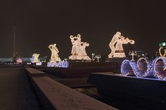 Weihnachtsdekorationen und Glättung der festlichen Beleuchtung in Form von waltzing Paaren am Abend Stockbild
