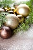 Weihnachtsdekorationen und immergrüne Tannenbaumastnahaufnahme lizenzfreie stockfotografie