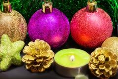 Weihnachtsdekorationen und -kerze Lizenzfreie Stockfotografie