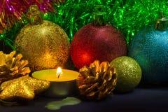 Weihnachtsdekorationen und -kerze Stockbild