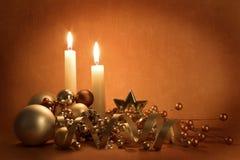 Weihnachtsdekorationen und -kerzen Stockbild