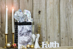 Weihnachtsdekorationen und -kerzen durch hölzernen Hintergrund Stockbild