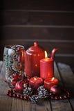 Weihnachtsdekorationen und Kiefernkegel im Glasvase Stockfotos