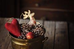 Weihnachtsdekorationen und Kiefernkegel im Weinlesetopf Stockfoto