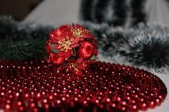 Weihnachtsdekorationen und -Kränze lizenzfreie stockfotos
