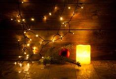 Weihnachtsdekorationen und -lichter auf hölzernem Hintergrund Stockfotos