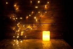 Weihnachtsdekorationen und -lichter auf hölzernem Hintergrund Stockbilder