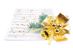 Weihnachtsdekorationen und Musikblatt Stockfotografie