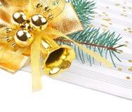 Weihnachtsdekorationen und Musikblatt Stockfoto