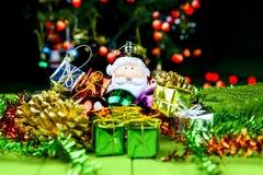 Weihnachtsdekorationen und -sankt Lizenzfreie Stockfotos