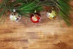 Weihnachtsdekorationen und -tanne auf einem hölzernen Brett Beschneidungspfad eingeschlossen gefilterte Bild instagram Art Stockbild