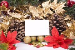 Weihnachtsdekorationen und unbelegte Grußkarte stockfotos