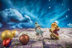Weihnachtsdekorationen und -verzierung auf hölzernem Hintergrund Ansicht von oben lizenzfreie stockbilder