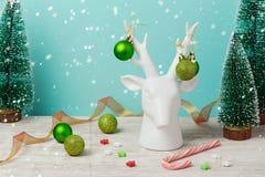 Weihnachtsdekorationen und -verzierungen mit Rotwild auf Holztisch Stockbilder