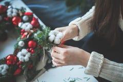 Weihnachtsdekorationen und weibliche Hände lizenzfreie stockbilder