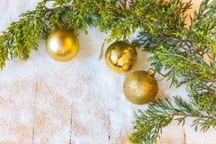 Weihnachtsdekorationen und Weihnachtsbaumast im Schnee Lizenzfreie Stockbilder
