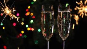 Weihnachtsdekorationen und zwei Champagnergläser stock video