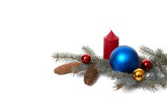 Weihnachtsdekorationen und Zweig des Tannenbaums. Lizenzfreie Stockfotos