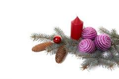 Weihnachtsdekorationen und Zweig des Tannenbaums. Lizenzfreies Stockbild
