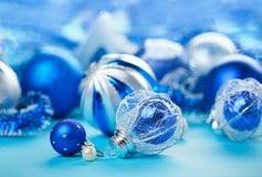 Weihnachtsdekorationkugeln auf Blau lizenzfreie stockbilder