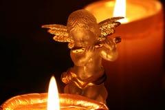 Weihnachtsdekorations-Engel und Advent Candles lizenzfreies stockfoto