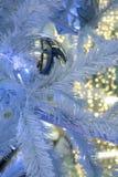 Weihnachtsdekorations-Girlandenball auf dem Weihnachten-Baum mit Lizenzfreie Stockfotografie