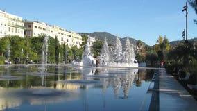 Weihnachtsdekorations- und -tanzenbrunnen im Freien in Nizza stock footage
