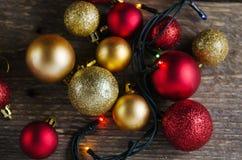Weihnachtsdekorationsbälle auf einem hölzernen Hintergrund Stockfotografie