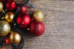 Weihnachtsdekorationsbälle auf einem hölzernen Hintergrund Stockbild