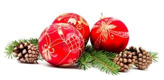 Weihnachtsdekorationsbälle mit Tannenzapfen lizenzfreies stockbild