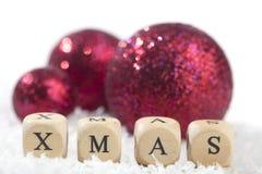 Weihnachtsdekorationsbälle und Weihnachtstext Stockfoto