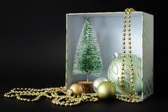 Weihnachtsdekorationsgeschenkbox auf schwarzem Hintergrund stockfotografie