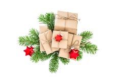 Weihnachtsdekorationsgeschenkbox-Kieferniederlassungen Lizenzfreie Stockfotos