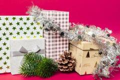 Weihnachtsdekorationsgeschenkbox mit rosa Hintergrund lizenzfreie stockbilder