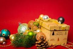 Weihnachtsdekorationsgeschenkbox mit rotem Hintergrund lizenzfreies stockbild