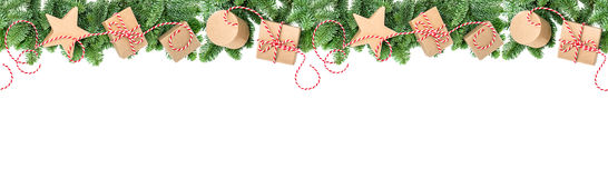Weihnachtsdekorationsgeschenkboxen Kiefernniederlassungs-Grenzfahne Lizenzfreies Stockfoto