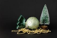 Weihnachtsdekorationsglaskugel mit Tannenbäumen stockfotos