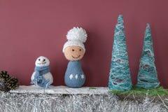 Weihnachtsdekorationshandwerkskaminjungen-Schneemannbäume Stockfoto