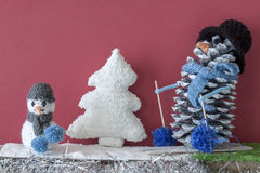 Weihnachtsdekorationshandwerkskaminjungen-Schneemannbaum Stockfotografie