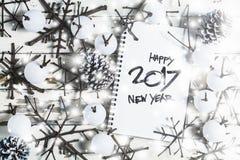 Weihnachtsdekorationshintergrund, obenliegende Ansicht des Notizbuches und handgemachte Weihnachtsverzierungen auf rustikaler höl Lizenzfreies Stockfoto