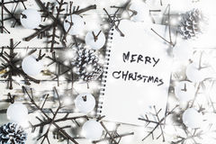 Weihnachtsdekorationshintergrund, obenliegende Ansicht des Notizbuches und handgemachte Weihnachtsverzierungen auf rustikaler höl Stockbild