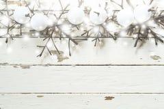 Weihnachtsdekorationshintergrund, obenliegende Ansicht von handgemachten Weihnachtsverzierungen auf rustikaler hölzerner Tabelle, Lizenzfreies Stockfoto