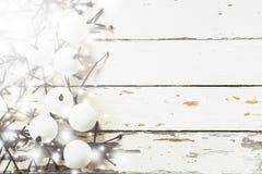 Weihnachtsdekorationshintergrund, obenliegende Ansicht von handgemachten Weihnachtsverzierungen auf rustikaler hölzerner Tabelle, Stockbild