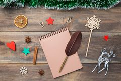 Weihnachtsdekorationskarte mit Flitter, Sternen, Rotwild, Zimt, orage und dekorativen hölzernen Tabellen 2018 auf leerem hölzerne Lizenzfreie Stockbilder