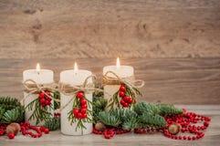Weihnachtsdekorationskerzen mit Tanne Stockfoto