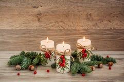 Weihnachtsdekorationskerzen mit Tanne Stockbilder