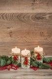 Weihnachtsdekorationskerzen mit Tanne Lizenzfreies Stockfoto