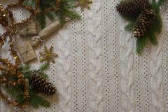 Weihnachtsdekorationsrahmen mit gestricktem Wollhintergrund Spitze VI Stockfoto
